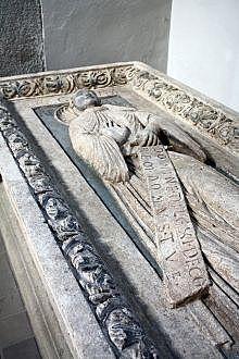Pléctrude, épouse de Pépin de Herstal fonde une église mérovingienne sur les fondations de l'ancien temple.