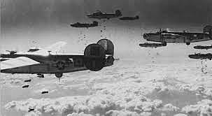 A aviação inglesa bombardeia a cidade de Berlim.