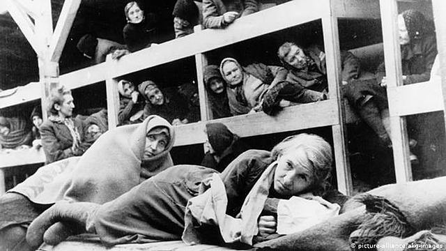 o exército vermelho libertam os prisioneiros do campo de concentração de Auschwitz