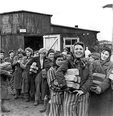 O exército vermelho liberta os prisioneiros do campo de concentração de Auschwitz.