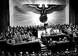 16 de junho - Estados Unidos ordenam o fechamento de todos os consulados alemães no país.