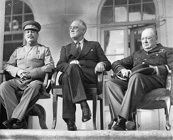 Conferência de Teerã, onde se encontram Churchill, Roosevelt e Stálin