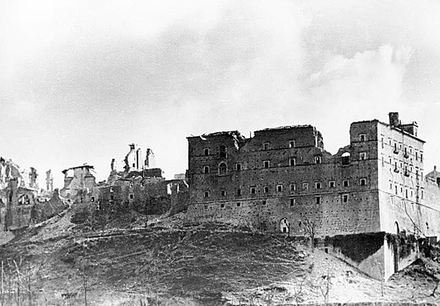 Começa a Batalha de Monte Cassino na Itália com participação de soldados brasileiros do lado dos aliados.