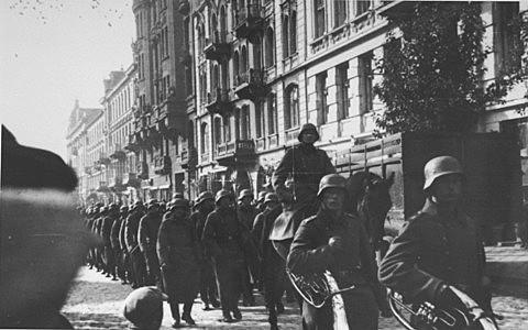 A Alemanha invade a Bélgica,Holanda e Luxemburgo.