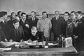 União Soviética assinam o Pacto da Neutralidade