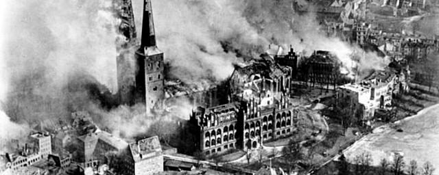 A Alemanha bombardeia Londres.