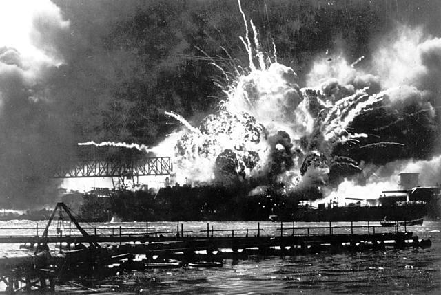 7 de dezembro - o Japão ataca a base norte-americana de Pearl Harbor.