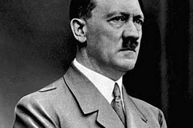 Adolf Hitler comete suicídio em Berlim