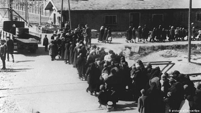 27 de janeiro - o exército vermelho libertam os prisioneiros do campo de concentração de Auschwitz.