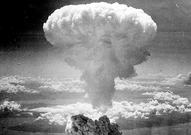 os Estados Unidos lançam bomba atômica sobre a cidade japonesa de Hiroshima.