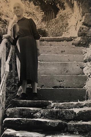 Elise en bas de sa maison à Nojaret