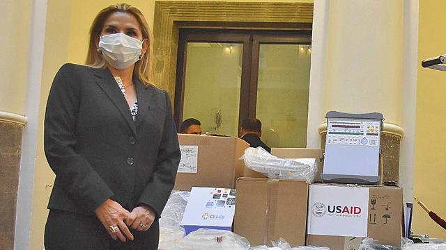 Respiradores vuelven a complicar a Áñez; denuncian compra con sobreprecio