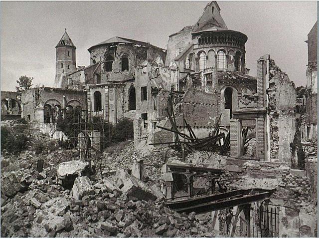 Bombardements alliés sur Cologne l'église tombe en ruine.