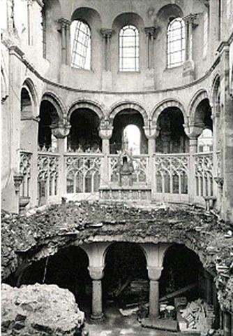 La conche Est s'écroule et détruit la voute de la crypte et le déambulatoire.