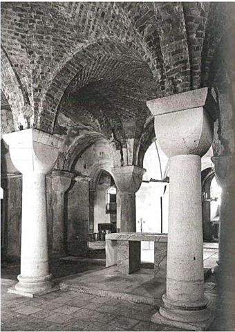 La crypte est réparée avec une voute en briques.