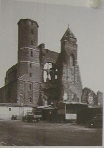 Façade Ouest de l'église en 1952.