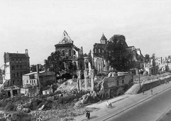 Vue depuis le Nord-Est de l'église en 1946.