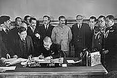 União Soviética e Japão assinam o Pacto de Neutralidade