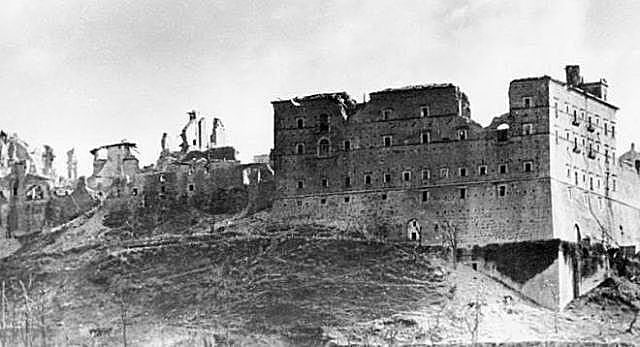 Começo da batalha de Monte Cassino na Itália com participação de soldados brasileiros do lado dos Aliados
