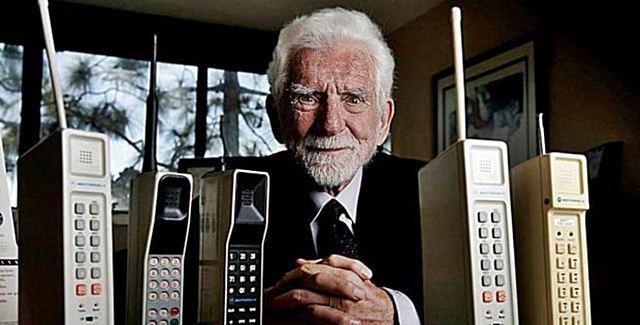 Martin Cooper,investigador de motorola realiza la primera llamada telefónica a través de un teléfono móvil.
