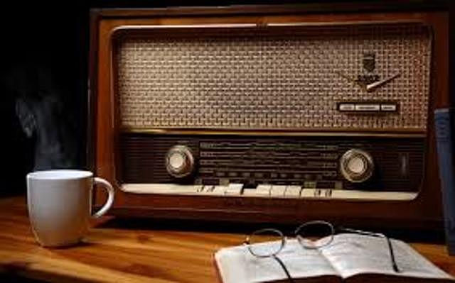 mas de la mitad de la población estadounidense tiene recptores de radio en sus hogares