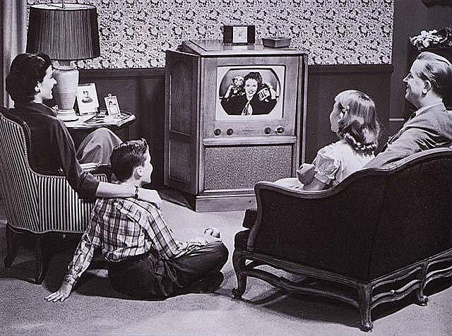 Surge la publicidad  televisiva.El primer spot para Boluva clocks llega a mas de 4000 aparatos de televisión.