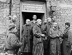Exército vermelho liberta prisioneiros do campo de concentração de Auschwitz