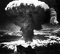 EUA lançam bomba atômica sobre a cidade japonesa de Hiroshima