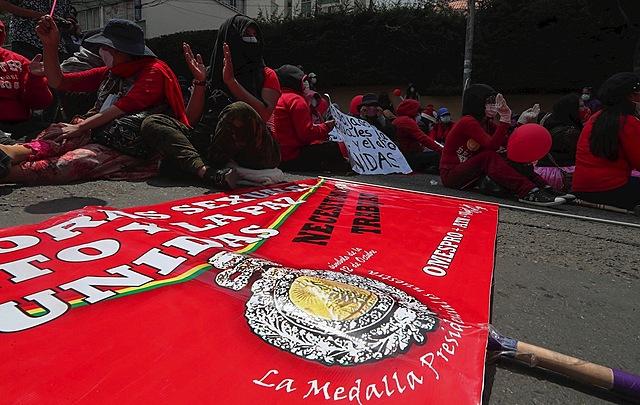 Trabajadoras sexuales de La Paz pasean imagen de medalla presidencial exigiendo trabajo