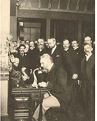 Alexander Graham Bell inventa un telégrafo acústico para transmitir frecuencias de audio a través de cables eléctricos.