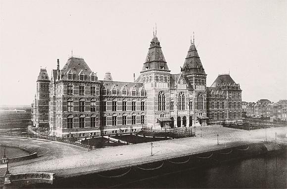 Het huidige gebouw van het Rijksmuseum wordt geopend
