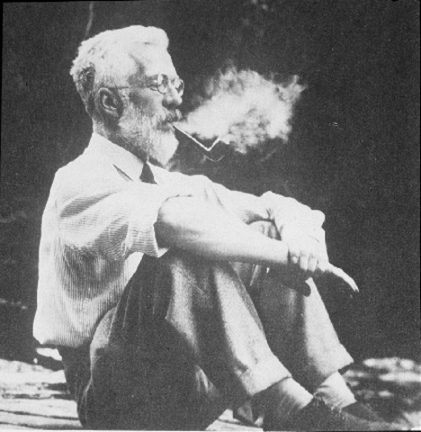 R.A. Fisher publica una serie de escritos fundamentales sobre experimentos diseñados y su aplicación en las ciencias agrícolas.