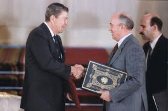 Gorbachev and Reagan sign the INF Treaty
