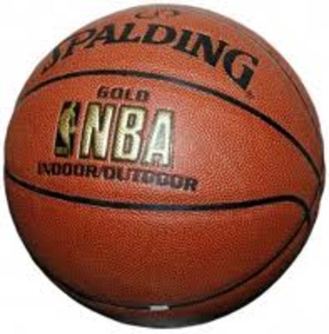 mi hermano mayor empieza a jugar baloncesto