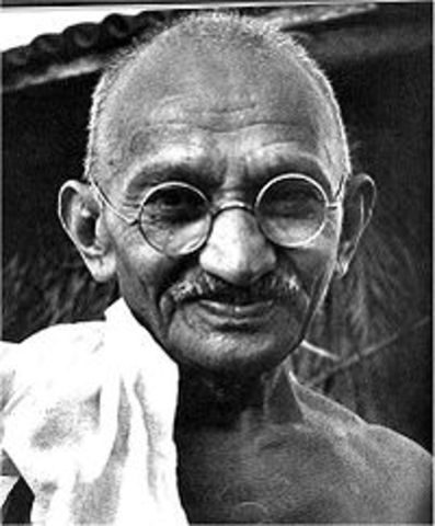 mohandas gandhi becomes leader of the independece movement in india
