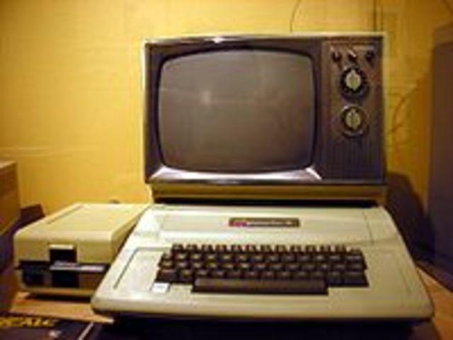 Lanzamiento de Computadoras Personales Notables como Apple II, IBM PC, Commodore 64.