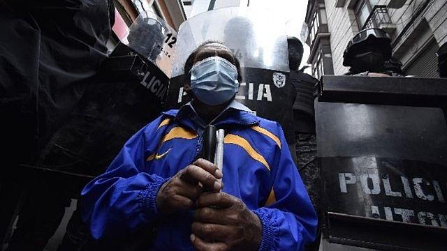 Personas ciegas fueron gasificadas en plaza Murillo cuando reclamaban un bono