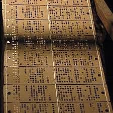 Los datos se introducen en el ordenador utilizando tarjetas perforadas.