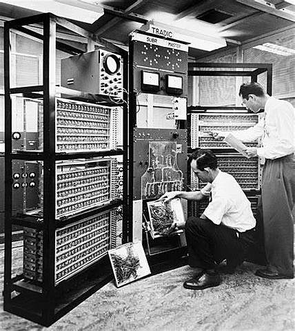 Primeiro computador 100% Transistorizado