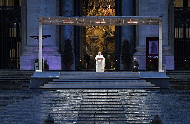 Papa in Piazza San Pietro deserta