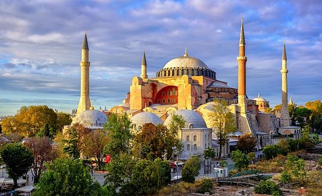 construcción de la basílica de Santa Sofía en Constantinopla
