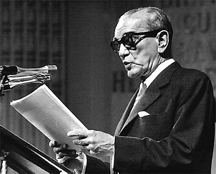 1952 - 1958: Periodo del licenciado Adolfo Ruiz Cortines caracterizado por una persistente austeridad incremento de los emolumentos de los maestros en más del 100%.