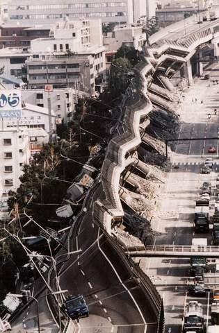 En Kobe (Japón) un terremoto de 6,9 grados en la escala Richter deja más de 6400 muertos