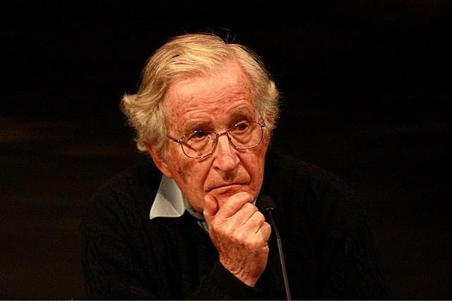 Chomsky propuso la gramática generativa, disciplina que situó la sintaxis en el centro de la investigación lingüística