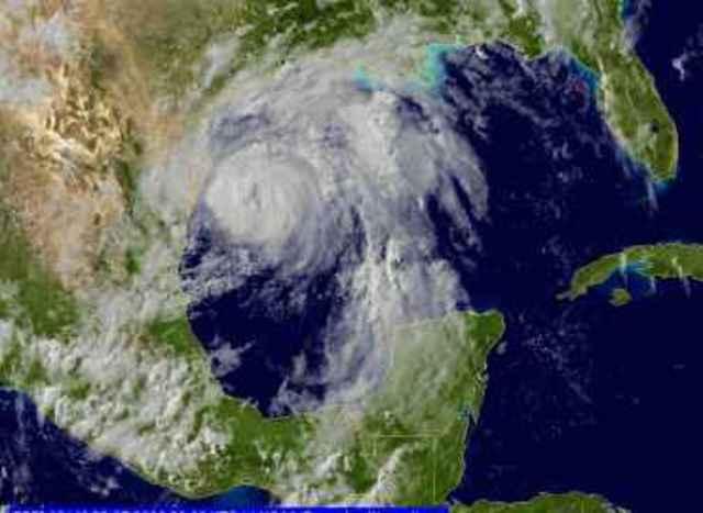 Huracán Dolly, categoría 1, arremete contra México. La tormenta mató a 14 personas y dejó a muchas sin hogar.
