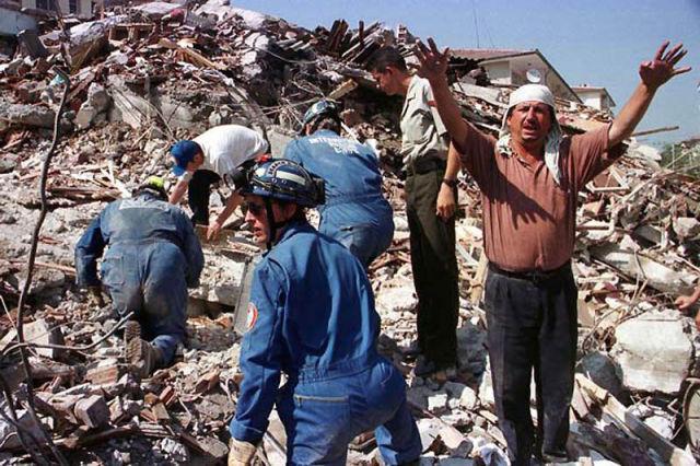 En İzmit (Turquía), el terremoto de Izmit —de 7,6 grados en la escala de Richter— deja un saldo de 17.000 muertos y 44.000 heridos.