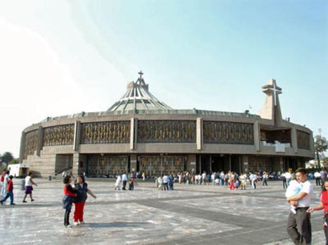 En la Basílica de Guadalupe de la Ciudad de México, el papa Juan Pablo II canoniza al indígena Juan Diego.
