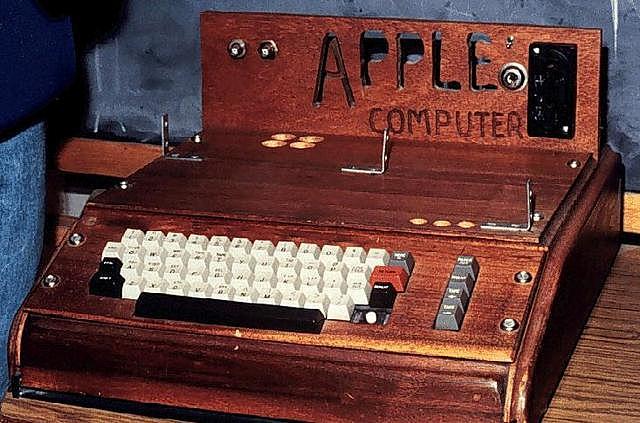 Fundacion de apple y lanzamiento de su primera computadora personal