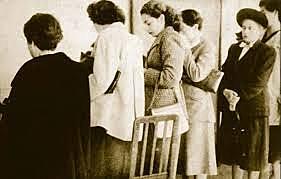 Se implementa el voto femenino.