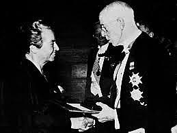 Gabriela Mistral gana el Premio Nobel de Literatura.